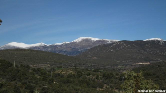 El pequeño pueblo de Morrano con las cumbres nevadas de Guara como telón de fondo