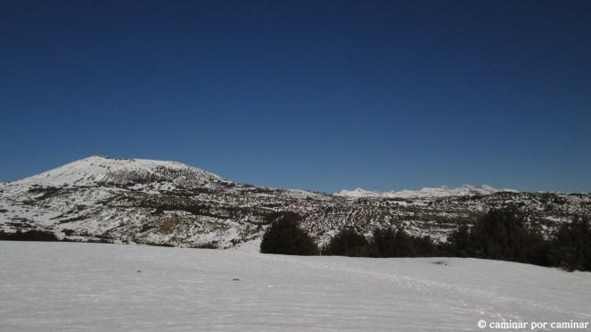 Llanos de Santa Orosia, Monte Oturia y Pirineos asomando con Gabietos, Taillón, Brecha de Roldán, Casco, Pico y Cilindro de Marboré, Monte Perdido, Añisclo y Punta de las Olas