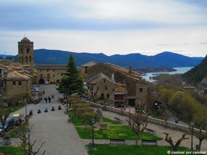 Vista de Aínsa desde el camino de ronda del castillo