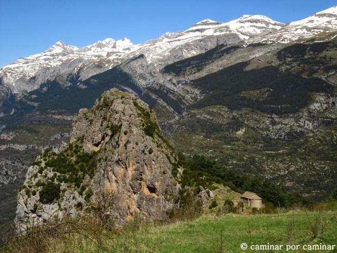 Ermita de San Juan y Pablo enclavada en un lugar de infinita belleza