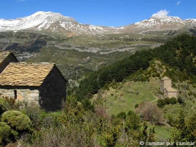 La ermita de la Virgen de la Peña en primer plano con la de Fajanillas detrás