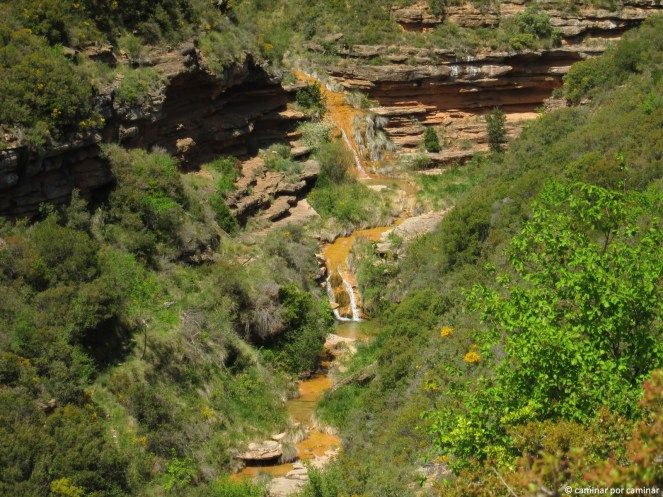 La modesta corriente del río Sotón entre calizas