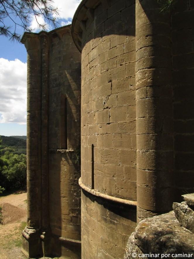 Iglesia de Santiago, románico puro entre la roca
