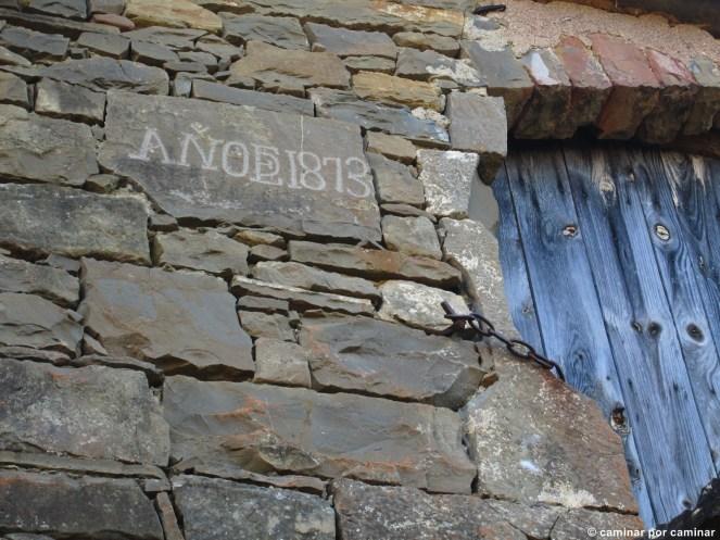 Detalle de la puerta de entrada al palomar de la borda la Guardia.