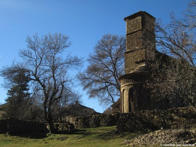 La iglesia de Santa Eulalia vista desde los prados que conducen a Berbusa y Ainielle