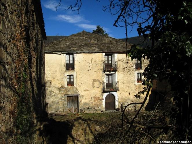 Parte trasera de la Casa Mallau con ventanas luciendo unos preciosos visillos