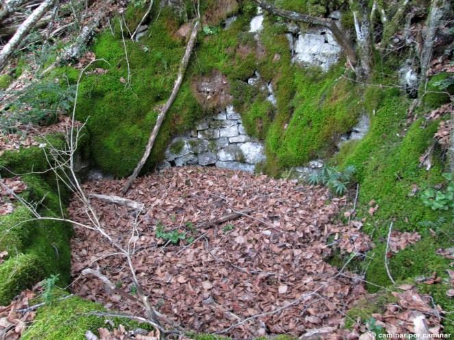 Fuente casi irreconocible y oculta por la vegetación pocos metros antes de llegar a Casbas