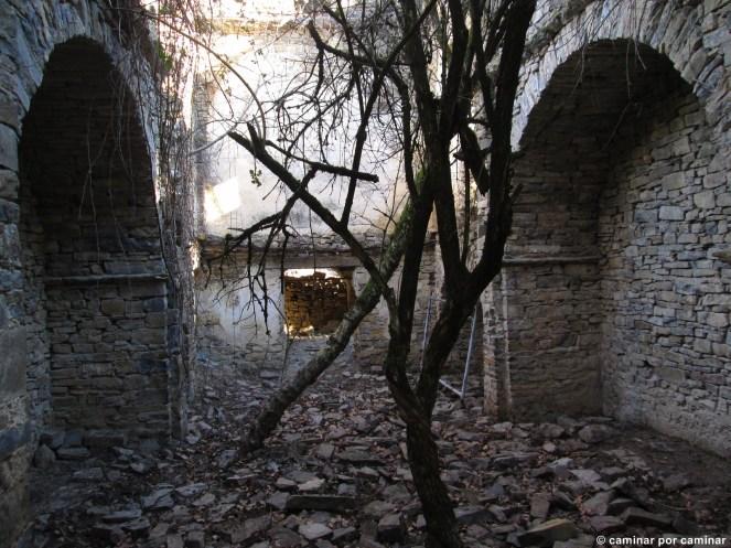 Ruina absoluta en el interior del templo de Casbas