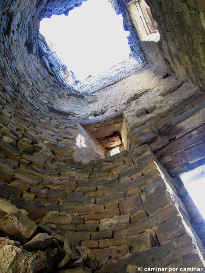 La torre de la iglesia, desprovista de toda su dignidad