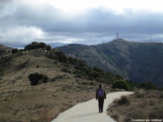 Descenso por pista hormigonada desde el Pico de la Falaguera; Pico de Valdemadera con sus antenas al fondo