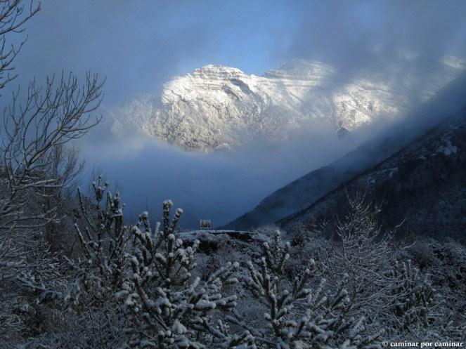 Se asoma, tímida, la montaña