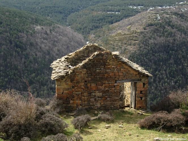 Muestras de arquitectura montañesa en Escartín y en los aterrazamientos del fondo en Basarán