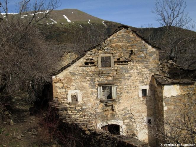 Casa de Pedro Escartín con la Manchoya en lo más alto