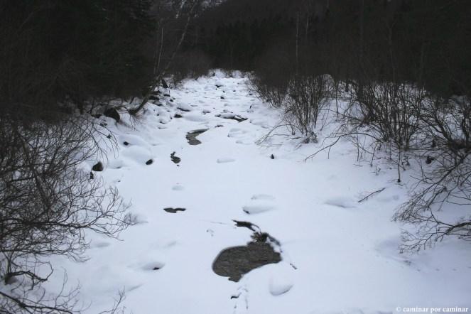 El río Arazas casi oculto por la nieve desde el puente de Cotatuero