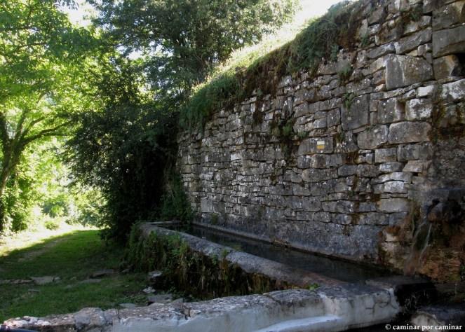 La fuente-lavadero de Bergua marca del inicio del sendero