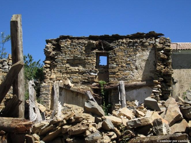La ventana de casa Constantina ya no mira hacia ningún lado; se observan restos del alumbrado que iluminó la Plaza Alta