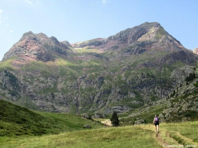 Primeros tramos de la senda entre imponentes montañas