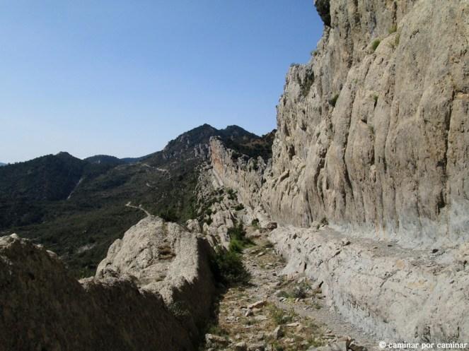 Se aprecia el alargado tajo de la montaña