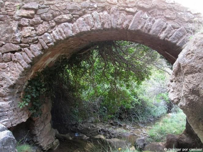 El puente medieval que unió y sigue uniendo las poblaciones de Villalangua y Salinas