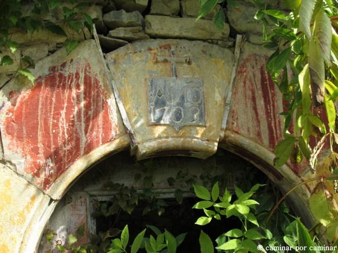 Clave del arco de entrada a la iglesia de San Pedro Apóstol de Berbusa a punto de sucumbir