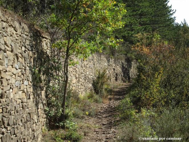 Muros de contencióna la salida de Berbusa que sujetan la montaña