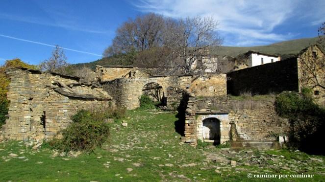 Plaza de Escartín; de la fuente manaba un chorrito de agua