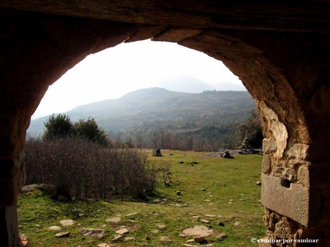 Desde el arco de entrada de la iglesia de Ibirque