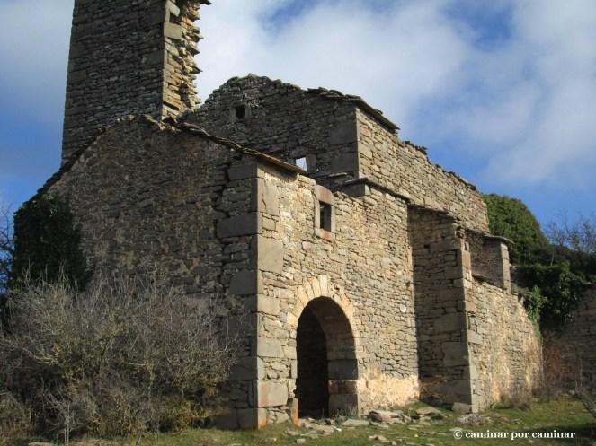El templo agrietado de San Martín de Ibirque