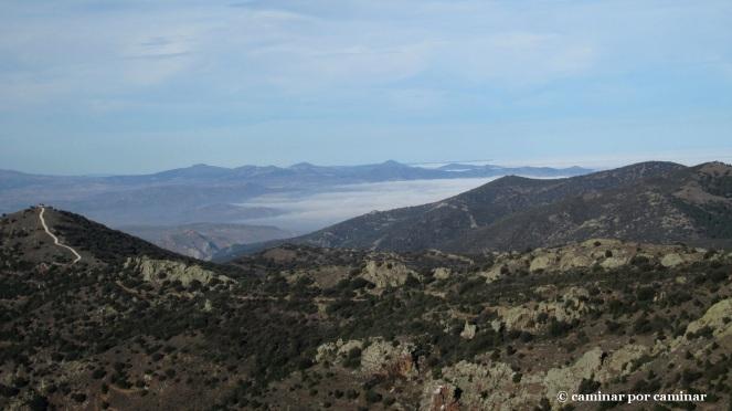 La niebla se abraza a la montaña