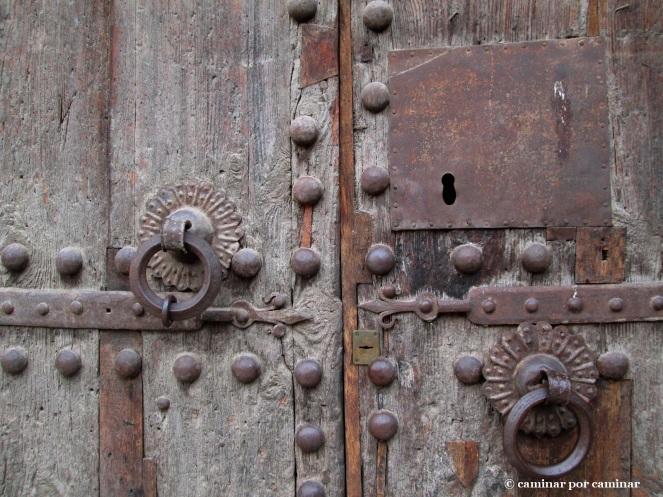 Detalle de la puerta este de la iglesia de la Virgen de Tobed