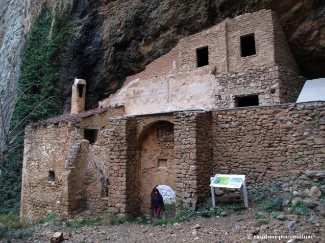 Ermita de San Martín de la Val de Onsera acodada a la roca