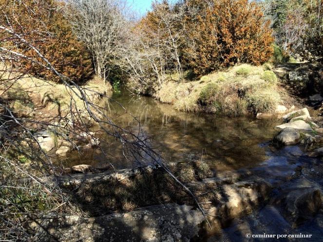 El Flumen serpentea al lado de la ermita