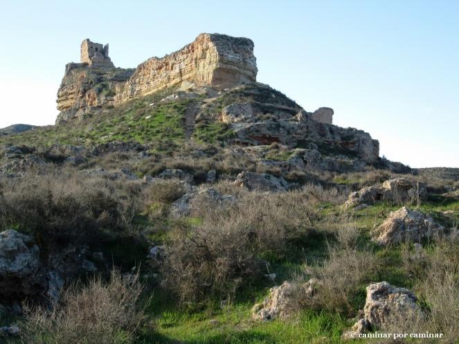 Sobre un navío de piedra y tierra se asienta el castillo