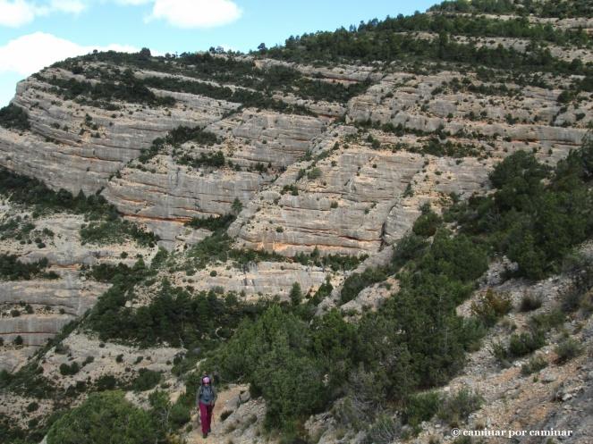 Dejamos atrás la Roca del Migdia. Su figura recuerda mucho a la proa de un barco
