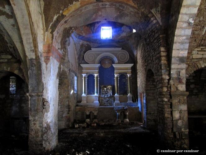 Interior de la parroquial de San Juan Bautista, tristemente abarrotada de estiércol