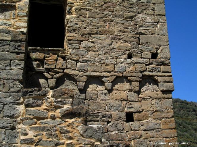 Detalles de los arquillos lombardos y de la escalera que sube al campanario