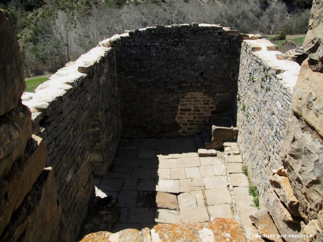 Suelo primitivo de la iglesia, benditero, pila bautismal a la vista