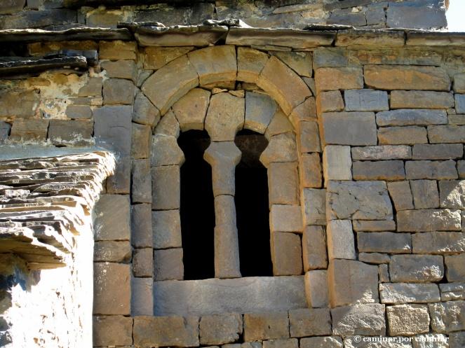 Bonita ventana geminada de la iglesia de Santa Eulalia de Susín (siglos X-XI)