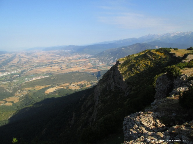 Los contrafuertes de Oturia escoltan el camino de Isún