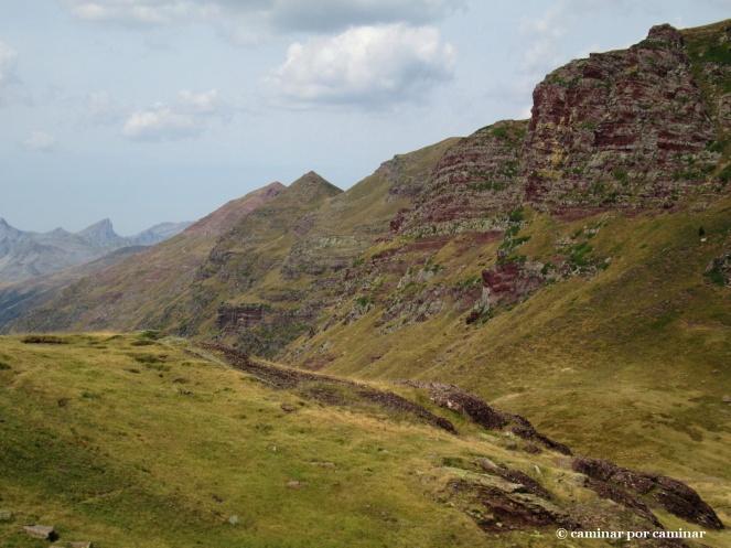 Espinazo rojizo con la cima de Arre en primer término