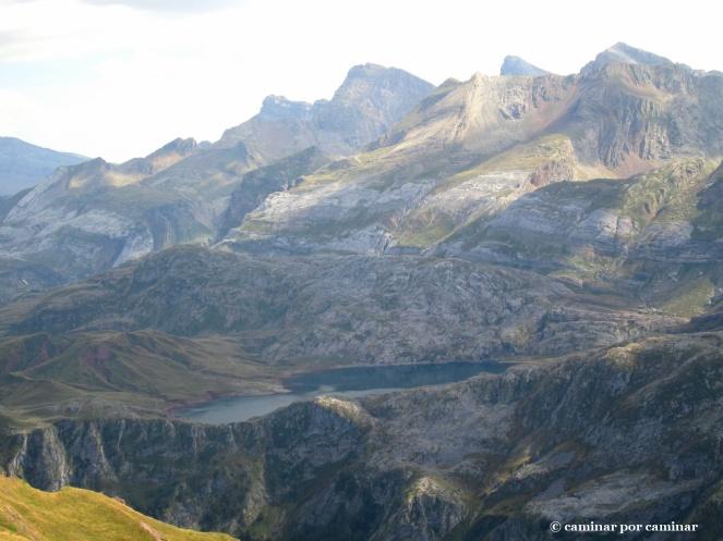 Ibón de Estanés colgado en la montaña
