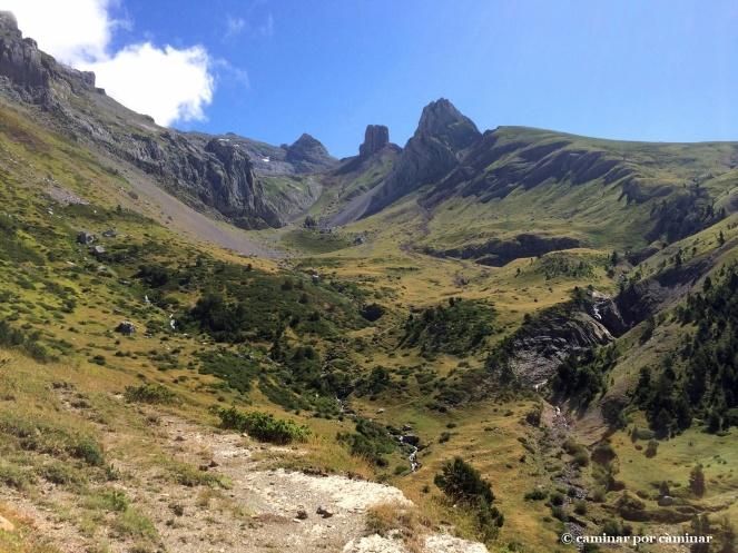 El manantial de Rigüelo escoltado por el pico homónimo y los Lecherines