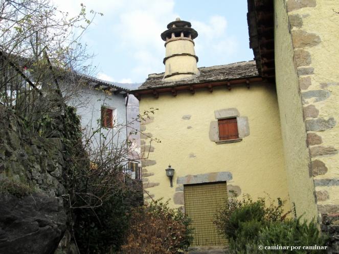 Casa tradicional pirenaica llena de color