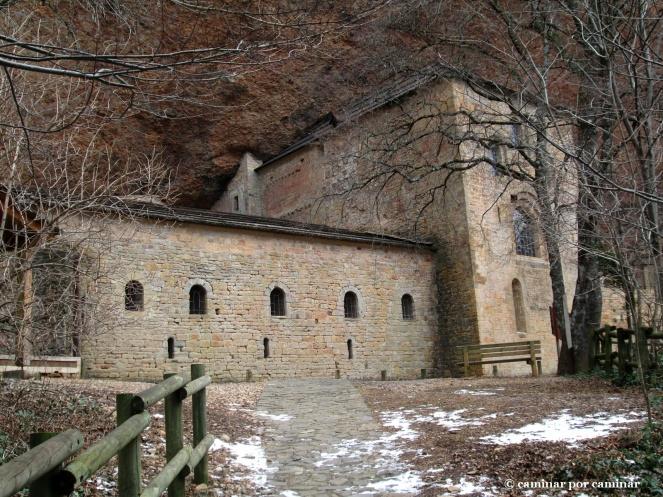 El monasterio se abre entre la hojarasca