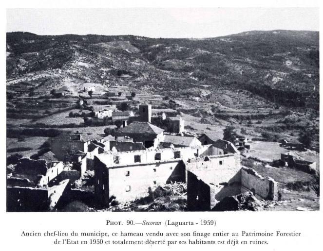 Traducción del pie de foto: esta aldea, antigua cabecera de ayuntamiento, vendida a Patrimonio Forestal del Estado con todo su término municipal en 1950 y totalmente abandonada por sus habitantes, yace hoy en ruinas.